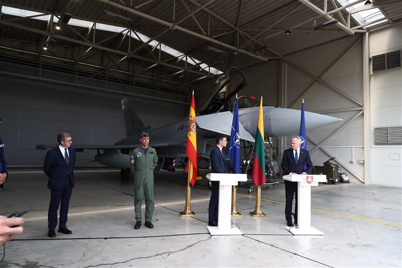 立陶宛總統諾賽達(右1)和來訪的西班牙總理桑傑士(右2)8日舉行記者會,身後的西班牙軍機緊急出動攔截俄羅斯戰機,導致記者會中斷。(圖取自twitter.com/sanchezcastejon)