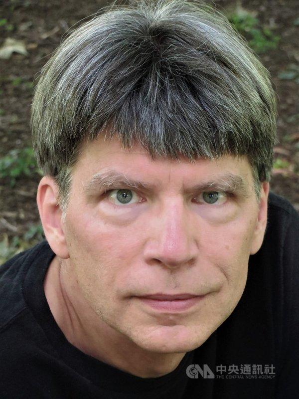 普立茲文學獎得主、美國作家理查.鮑爾斯(Richard Powers)生於美國伊利諾州,作品關注人類生存的困境,題材從戰爭、種族、長照到工業污染,批判性十足。他呼籲:「若想在地球上永續永存,就必須與樹木結盟。」(時報出版提供)中央社記者邱祖胤傳真  110年7月9日