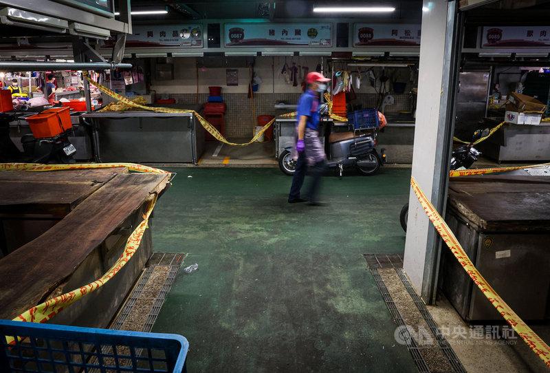 台北市環南市場10日照常開市,2樓染疫攤位圍起黃色封鎖線,暫停營業。中央社記者鄭清元攝  110年7月10日