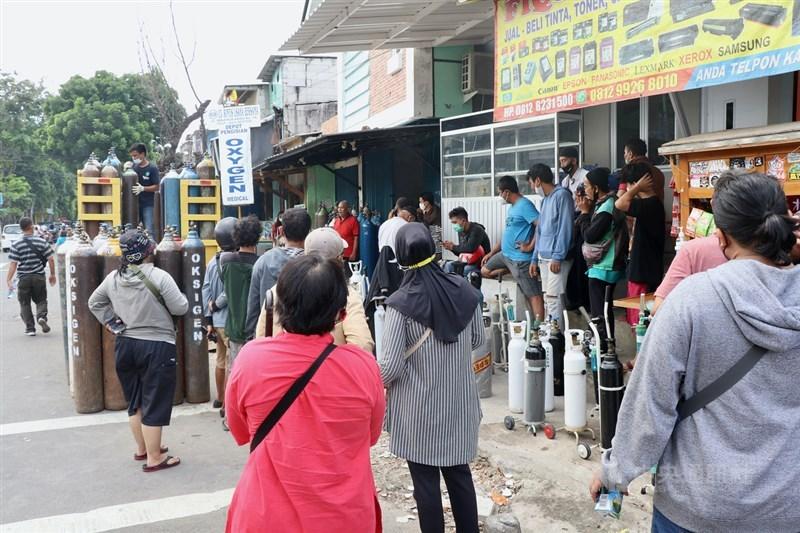 印尼9日通報新增3萬8124人確診COVID-19,再添871人病逝。圖為4日雅加達醫療氧氣加氣站大排長龍。(中央社檔案照片)