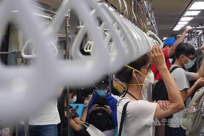 台灣9日新增32例本土病例、12例染疫死亡個案。疫情指揮中心指揮官陳時中表示,國內整體疫情趨勢仍往下。圖為台北捷運9日下班尖峰時刻出現人潮。中央社記者徐肇昌攝 110年7月9日