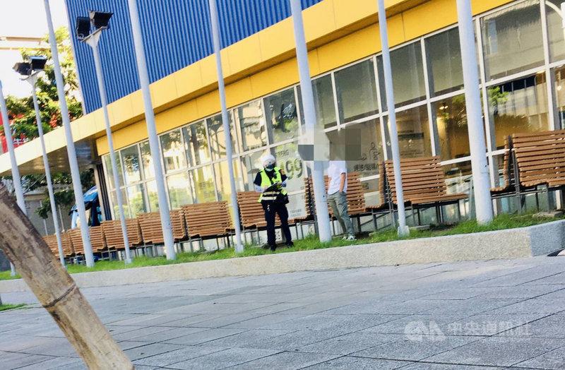高雄市政府決議餐廳仍禁止內用,也禁止邊走邊吃,但近來卻有民眾檢舉在IKEA宜家家居高雄店外看到有人買完點心後,就在戶外脫下口罩邊走邊吃,轄區前鎮警分局加強取締,目前告發11件違規。(高市前鎮警分局提供)中央社記者洪學廣傳真  110年7月10日
