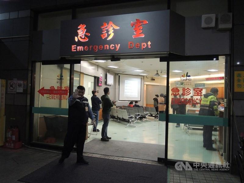 台北市立萬芳醫院3人確診武漢肺炎,北市府11日表示,其中一人為家屬自聘的非法外籍看護。圖為萬芳醫院急診室。(中央社檔案照片)