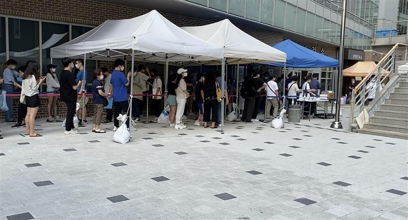 截至10日凌晨零時,韓國境內COVID-19確診人數新增1378例,續創韓國單日確診人數新高。圖為首爾市麻浦區衛生所採檢站,等待採檢的民眾大排長龍。中央社記者廖禹揚首爾攝 110年7月10日