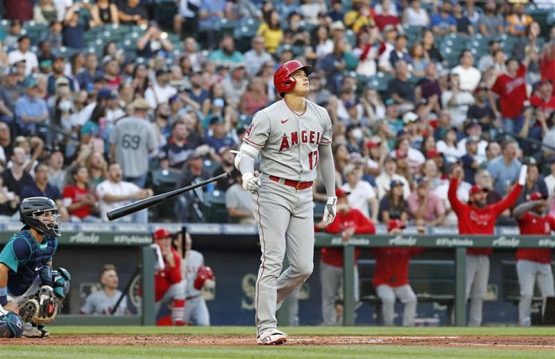 MLB天使「二刀流」好手大谷翔平(前中)9日又開轟,在3局上半揮出本季個人第33號全壘打。(共同社)
