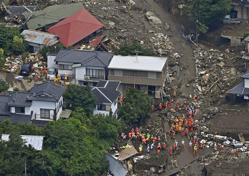 日本靜岡縣熱海市大規模土石流災情到10日滿一週,已知9人罹難、20人下落不明,警消等單位投入約1700名搜救人員持續搜救。(共同社)