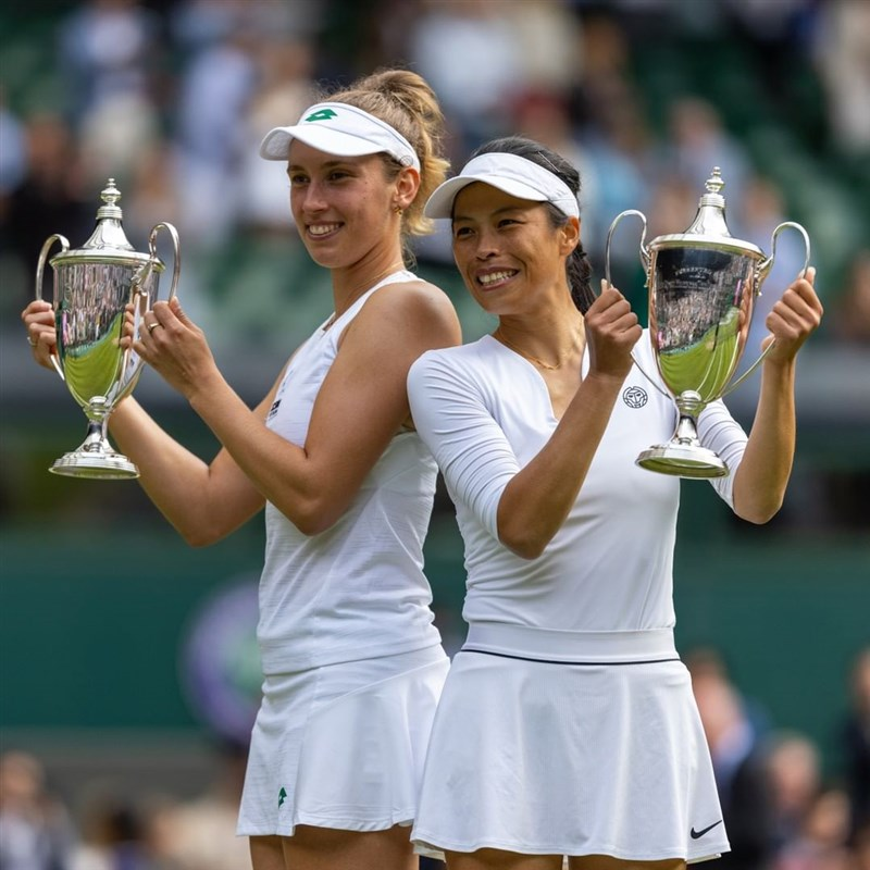 台灣網球好手謝淑薇(右)和比利時搭檔梅丹斯在溫布頓網球錦標賽女雙決賽克服對手兩個冠軍點,最終以2比1逆轉擊敗俄羅斯組合,攜手登上女雙后座。(圖取自instagram.com/wimbledon)
