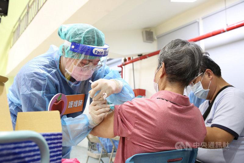 花蓮縣長徐榛蔚11日表示,縣內符合武漢肺炎疫苗資格的65歲以上原住民、75歲以上非原住民長者,總人口共3萬1722人,目前75歲以上及原住民65歲以上長者全縣共施打1萬8397人,接種率57.99%。(民眾提供)中央社記者李先鳳傳真  110年7月11日