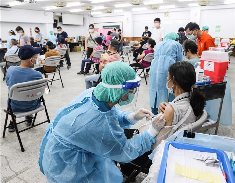 根據疫情指揮中心統計,截至11日下午,全台已有348.2萬人次接種,疫苗接種人口涵蓋率接近15%。(中央社檔案照片)