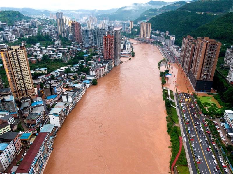中國四川省暴雨釀災,截至10日晚間9時,暴雨造成近12萬人受災、許多居民被迫撤離,經濟損失達人民幣1.76億(約新台幣7.6億元)。圖為通江河水10日漫過河岸景觀道。(中新社)
