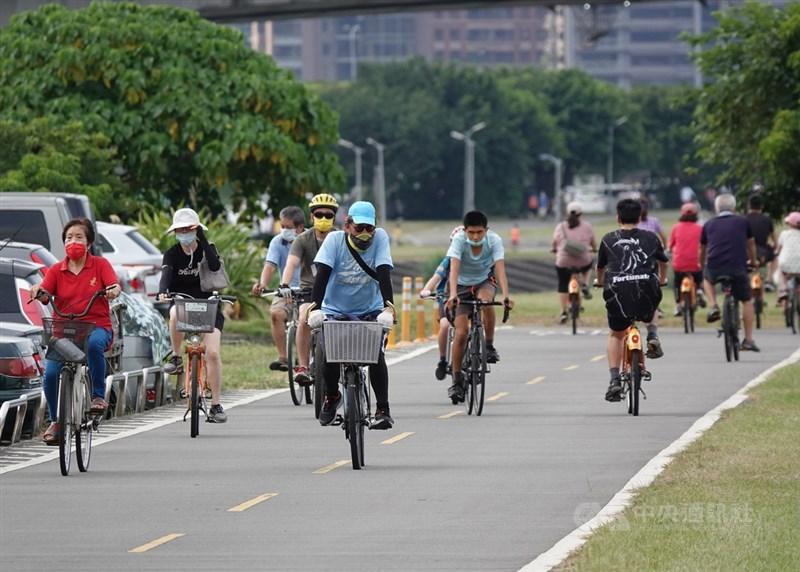 台灣11日新增28例本土病例、4名死亡個案。指揮官陳時中分析,整體疫情仍在低點。圖為台北市河濱公園11日出現騎車、散步人潮。中央社記者鄭傑文攝 110年7月11日