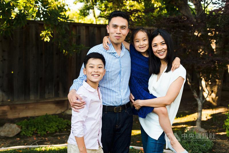 43歲的史丹佛大學台裔學者陳仁宜與韓裔律師妻子育有一雙兒女,他宣布參選加州政府最高的財政監督官主計長一職。(陳仁宜提供)中央社記者周世惠舊金山傳真 110年7月12日