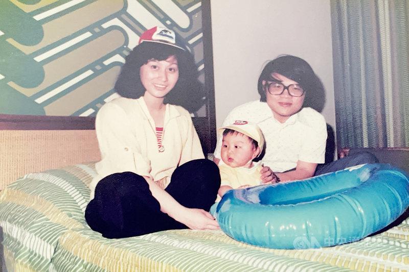 角逐加州主計長的陳仁宜(中)童年照,他的父親陳崇廉與母親謝雅美是1970年代自台灣到美國的留學生。(陳仁宜提供)中央社記者周世惠舊金山傳真 110年7月12日