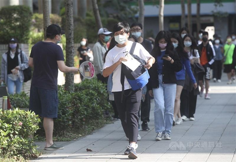 指揮中心指揮官陳時中12日表示,BNT疫苗將優先保留給學生使用。圖為5月2日四技二專統測考生戴口罩應考。(中央社檔案照片)