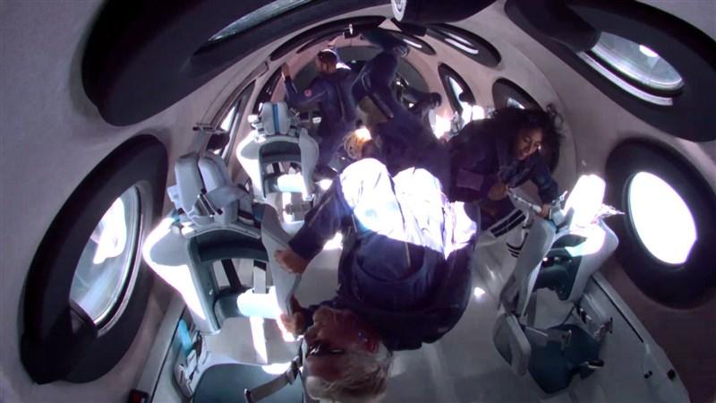 維珍銀河公司創辦人布蘭森(前)11日搭乘自家太空船,由特製運輸機載運升空,實現了太空旅行的夢想。(圖取自twitter.com/richardbranson )