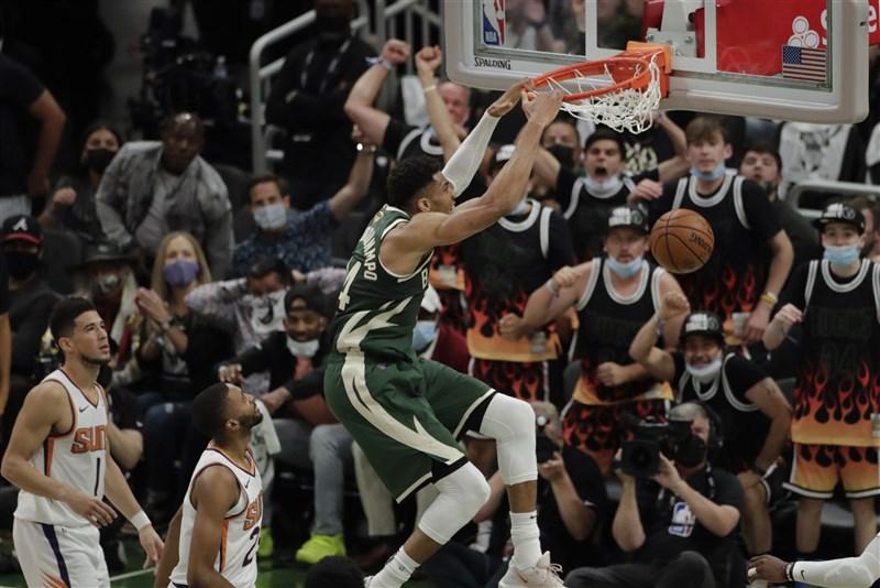 美國職籃NBA密爾瓦基公鹿12日總冠軍戰在「字母哥」安特托昆博(灌籃者)41分、13籃板、6助攻領軍下,終場以120比100擊敗鳳凰城太陽。(美聯社)