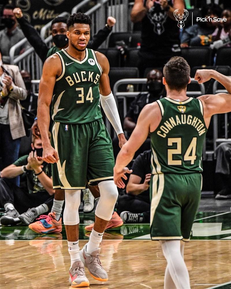 美國職籃NBA公鹿「字母哥」安特托昆博(左)11日拿下41分、13籃板,成為總冠軍系列賽史上第6位連續比賽得分破40的球星。(圖取自twitter.com/Bucks)