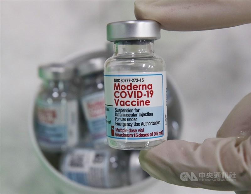COVID-19疫苗預約系統12日收單,284萬多人登記接種意願,多數選擇莫德納疫苗。指揮中心發言人莊人祥說,8月開放接種莫德納疫苗前,會再有一批莫德納疫苗到貨。(中央社檔案照片)