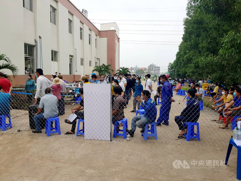 越南防疫大作戰,南部許多省市要求民眾跨省、省內移動必須出示陰性篩檢證明,導致大量民眾聚集在篩檢點,增加感染風險。圖為排隊等待做COVID-19篩檢的越南民眾。(讀者提供)中央社記者陳家倫河內傳真  110年7月13日