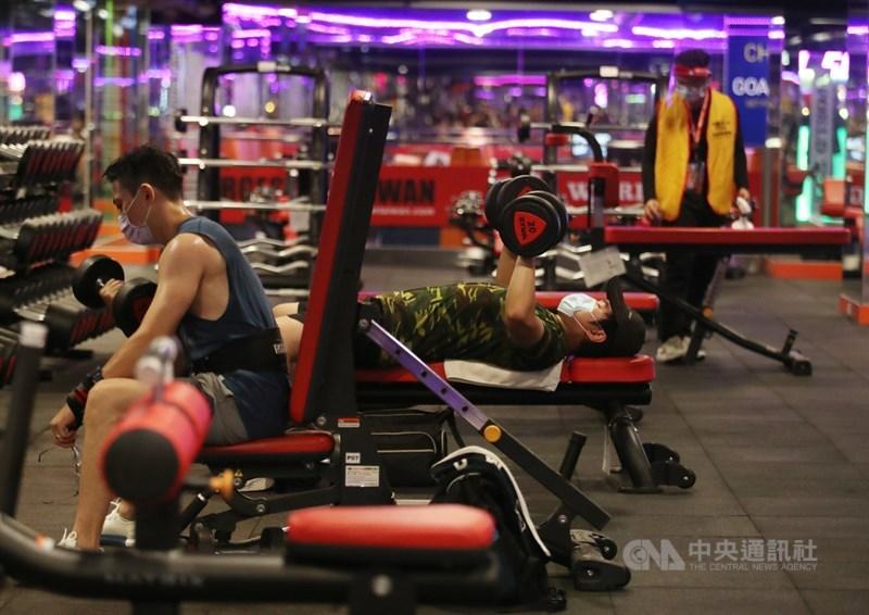 三級警戒延長到7月26日,13日起鬆綁部分措施「微解封」。北市一間健身房13日上午就有會員前來運動、鍛練身體。中央社記者張新偉攝 110年7月13日