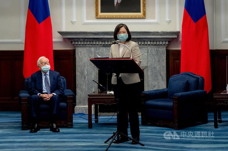 總統蔡英文(右)13日宣布再次邀請台積電創辦人張忠謀(左)擔任今年度的APEC領袖代表。(總統府提供)中央社記者謝佳珍傳真 110年7月13日