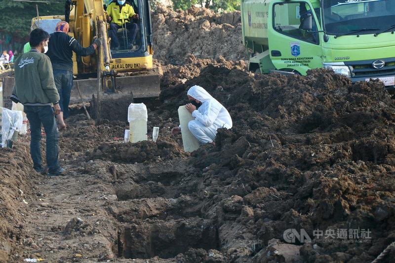 印尼過去8天新增30萬人確診,單日死亡至13日連2天超過千人,居全球最高。圖為家屬在安葬染疫逝者的羅坦坦墓園不捨親人離去。中央社記者石秀娟雅加達攝 110年7月13日
