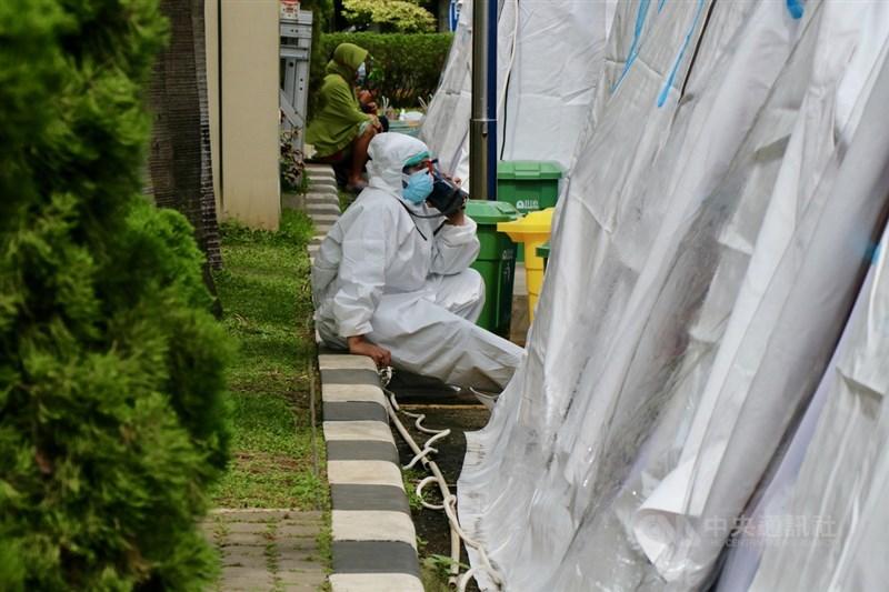 印尼衛生部12日指出,印尼抗疫情醫護嚴重短缺,正設法彌補照護人力,也將為醫護人員追加施打莫德納疫苗。圖攝於6月30日。中央社記者石秀娟勿加西攝 110年7月12日