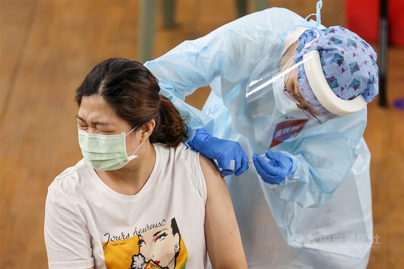 18歲以上民眾即日起可以上網登記疫苗接種意願,指揮中心表示,截至13日下午5時已超過485萬人填寫。(中央社檔案照片)
