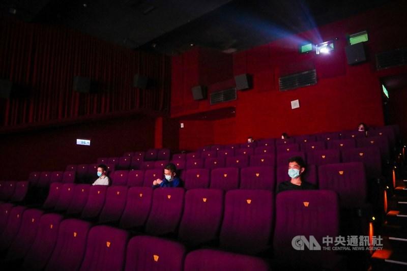 電影院微解封,台北信義區威秀影城重新開門營業,上午有零星民眾配戴口罩到場觀影,人潮並不多。中央社記者王騰毅攝 110年7月13日