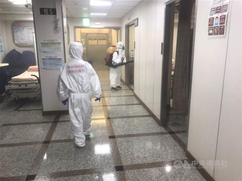 屏東枋寮醫院在停業擴大清消及全院工作人員3度PCR採檢陰性後,將自14日起恢復營運。圖為6月28日枋寮醫院進行清消。(中央社檔案照片)