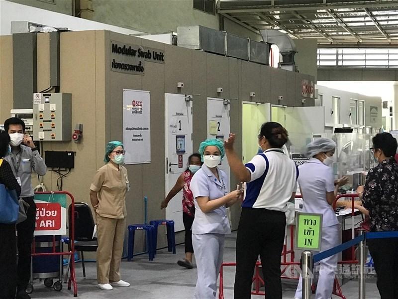泰國政府12日指出,曼谷一處建築工地有7名工人同時感染Alpha和Delta變種病毒,這7人並未出現令人擔憂的症狀。圖為9日曼谷一間醫院外等待檢驗的民眾。(中央社檔案照片)