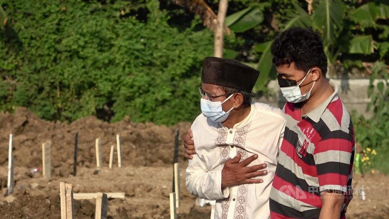 印尼醫學會以海嘯形容印尼的疫情,官方統計超過6萬人不治。一位年長印尼民眾10日在雅加達北區羅羅坦墓園等候親人下葬,強忍悲痛。中央社記者石秀娟雅加達攝 110年7月13日
