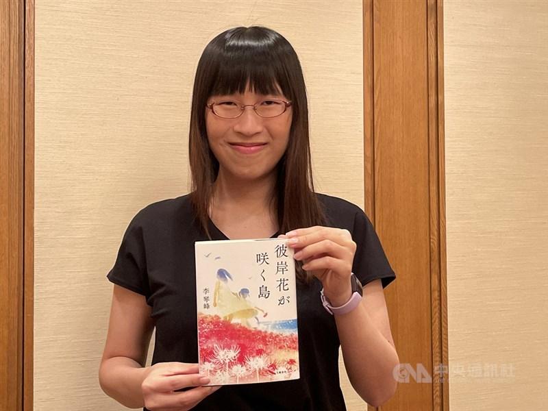 李琴峰得知獲得芥川獎後,接受中央社與日本媒體記者採訪拍照。中央社記者楊明珠攝 110年7月14日