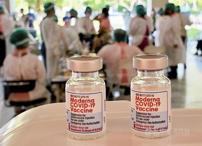 對於媒體報導國內自購AZ疫苗與莫德納疫苗將在15日與日本3度捐贈的AZ疫苗同天抵台,疫情指揮中心指揮官陳時中14日僅表示,好消息確定後會再宣布。(中央社檔案照片)
