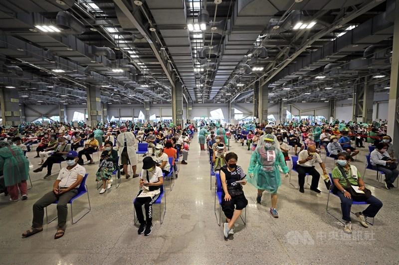 台北市政府啟用花博爭艷館作為大型接種站,室內空間有2000坪,足夠開18條線,一天8小時最多可以協助1萬4400人施打疫苗,14日安排8000多名65歲以上長者接種。中央社記者裴禛攝 110年7月14日