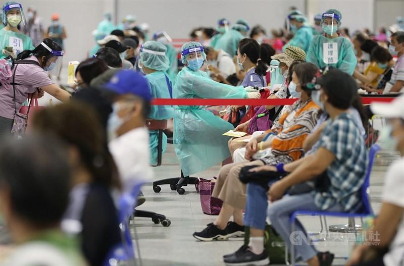 台大醫院推出雲端檔案整理疫苗常見疑問、疫苗簡介、特殊族群及罕見的不良反應,資料詳盡而且權威,解答了包括接種疫苗會不會變成「萬磁王」的問題。圖為北市花博爭艷館接種站,14日安排8000多名65歲以上長者施打疫苗。中央社記者裴禛攝 110年7月14日