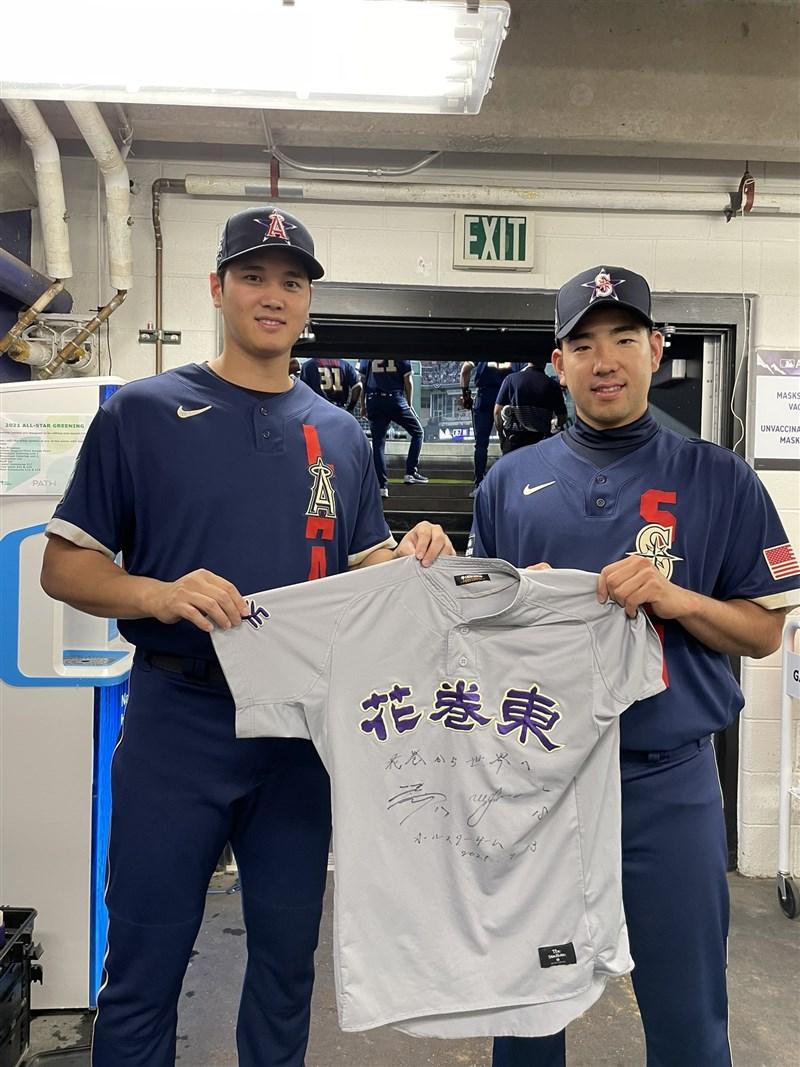 日本球星大谷翔平(左)在美國職棒明星賽的初體驗,他與同一所高中畢業的學長菊池雄星(右),把校隊戰袍帶到現場拍照留念。(圖取自twitter.com/Angels)
