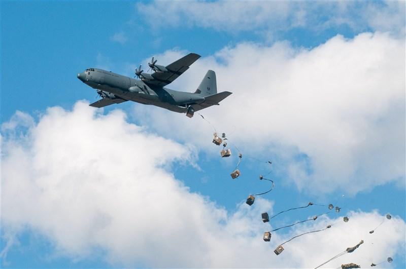 美澳兩年一度的聯合軍演「護身軍刀」14日起在澳洲國內與周邊海域舉行,今年除了日英韓等5國加入軍演,法德等國也以觀察員身分參與,大規模軍演動員共11國、約1萬7000兵力。圖為澳洲空軍運輸機空投戰備品。(圖取自twitter.com/DeptDefence)