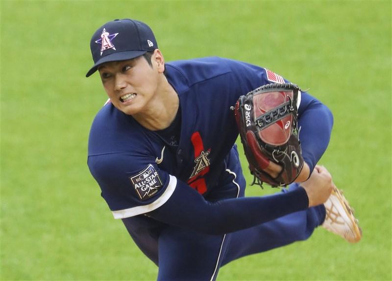 MLB明星賽13日在科羅拉多州丹佛落幕,日籍「二刀流」好手大谷翔平成為史上首名身兼先發投手與第一棒的球星,所屬的美國聯盟5比2勝國家聯盟。(共同社)