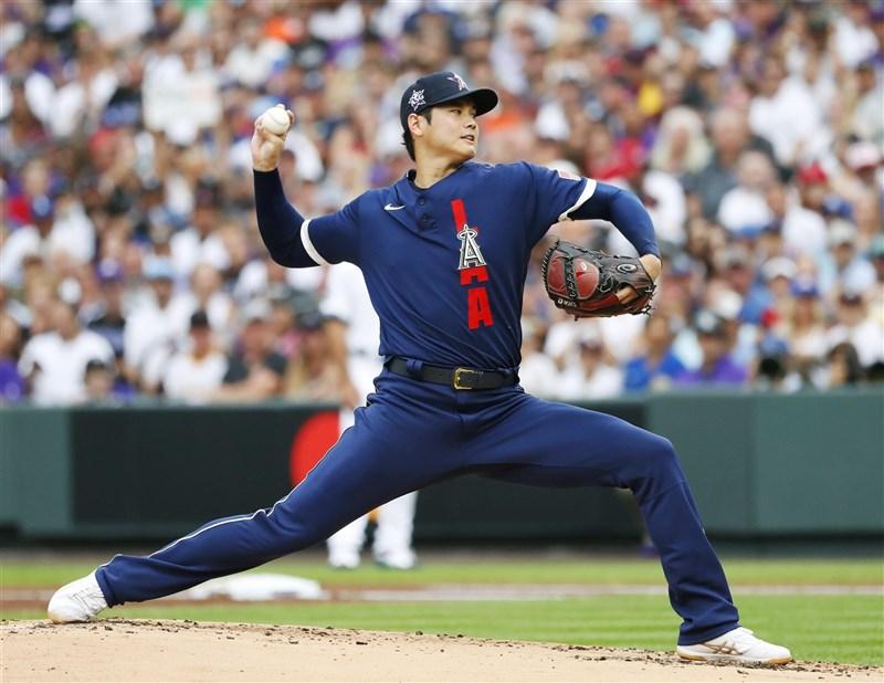 日本球星大谷翔平13日在美國職棒明星賽締造歷史,成為史上首名先發投手兼第一棒,他在1局下投球賞給對手三上三下,球速飆到100英里。(共同社)