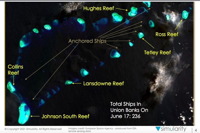 適逢菲中南海主權爭議裁決出爐5周年,美國衛星影像分析公司12日發布報告,指停泊在南沙群島的中國船隻排放污水;菲國外長和防長質疑報告內容是否為真。(圖取自衛星影像分析公司Simularity網頁simularity.com)
