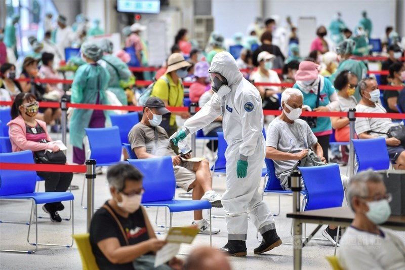 COVID-19疫苗預約平台開放滿18歲民眾登記,指揮中心發言人莊人祥表示,結單日延長至19日中午12時。圖為陸軍33化學兵群消毒座位區,維持場域安全。中央社記者王飛華攝 110年7月15日