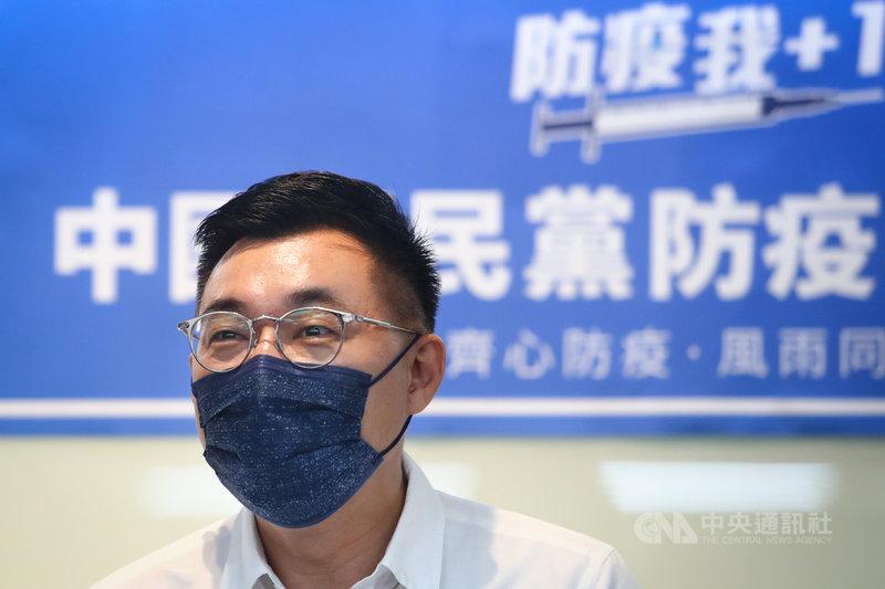 國民黨主席江啟臣15日表示,現在疫苗已經是戰略物資,有遠見的政府,在疫苗規劃上都要懂得「超額部署」,寧可疫苗過剩,也不願意捉襟見肘;萬一買多了,更能以疫苗援助友邦,以及其他更需要疫苗的地方,盡起國際公衛責任。中央社記者王騰毅攝 110年7月15日