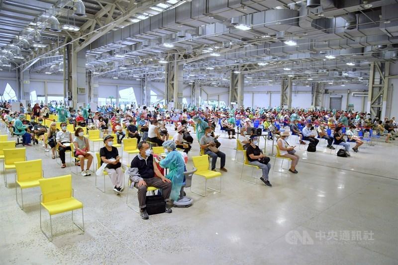 台北市副市長蔡炳坤15日表示,北市4所特殊學校的教職員將於16日下午開始接種疫苗。圖為15日台北市民眾在花博爭艷館接種疫苗。中央社記者王飛華攝 110年7月15日