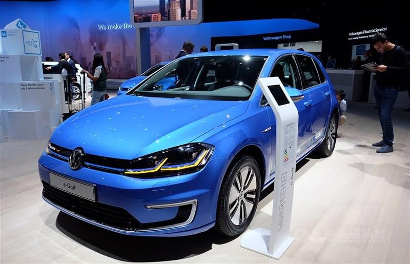 歐盟執委會14日宣布2035年起禁止銷售新的汽、柴油車和油電混合動力車,代表著歐洲汽車市場將逐漸被電動車取代。圖為福斯2017年在法蘭克福車展展出的電動車款e-Golf。(中央社檔案照片)