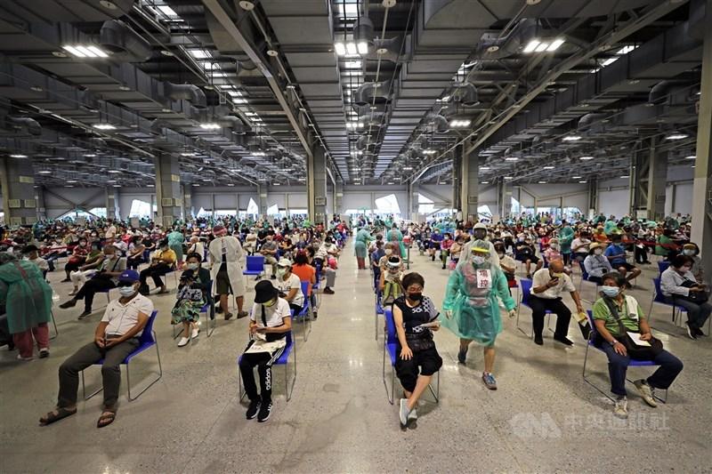 台北市政府啟用花博爭艷館作為大型接種站,一天最多可以協助1萬4400人施打疫苗,14日安排8000多名65歲以上長者接種。中央社記者裴禛攝 110年7月14日