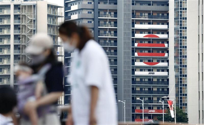 日本東京都COVID-19疫情愈趨嚴峻,15日新增1308 例確診病例,連續兩天新增逾千例。圖為14日東京奧運選手村大樓周邊。(共同社)