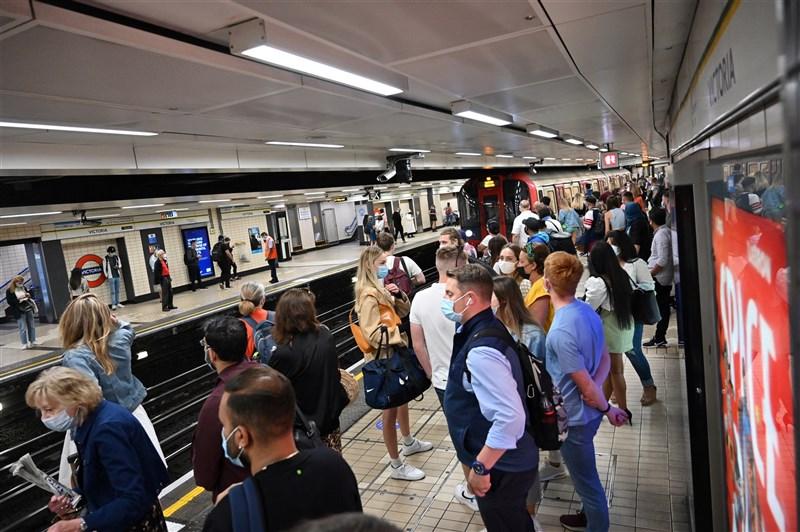 英國18日解封,科學家和在野黨痛批政府說,這一步等於是危險跳進未知境地。圖為乘客14日搭乘倫敦地鐵。(法新社)