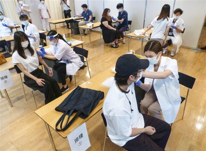 日本厚生勞動省擬下修莫德納COVID-19疫苗的可接種年齡,將從原本18歲以上才可接種,放寬到12歲以上即可。圖為日本大學生6月21日接種疫苗。(共同社)