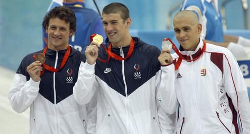 美國泳壇傳奇人物「飛魚」費爾普斯(中)2008年北京奧運抱回8金。(圖取自維基共享資源,版權屬公有領域)